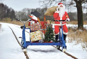 Weihnachtsmann mit Draisine unterwegs